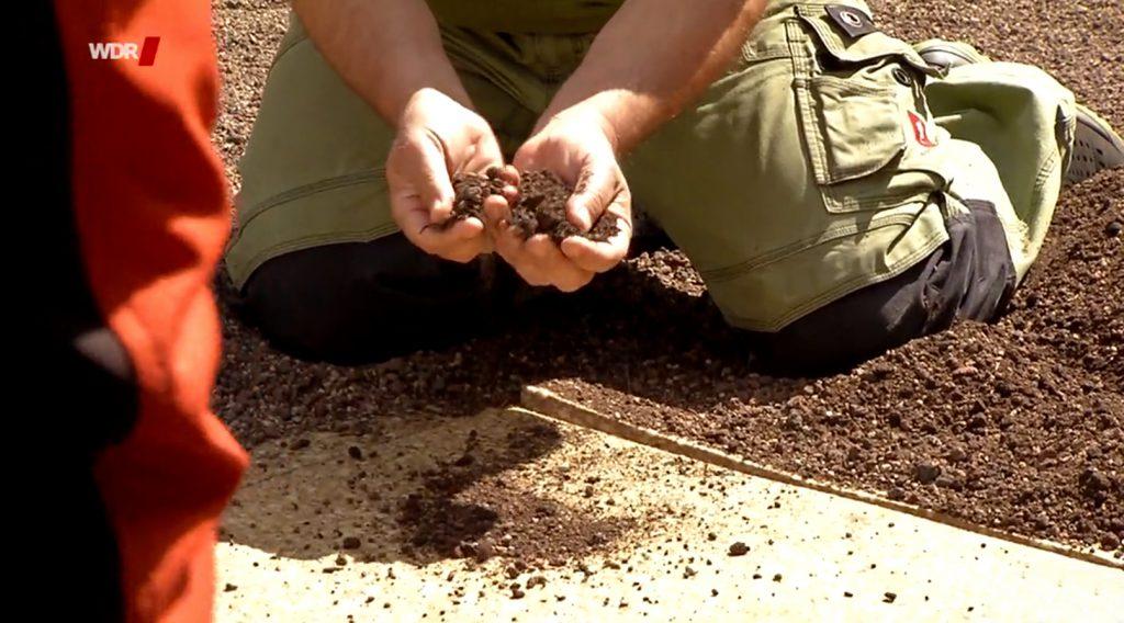 FlorDepot Vegetationsmatte und Substrat werden verstreut